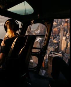 Im Hubschrauber oder Flugzeug wird viel kontrolliert, damit die Passagiere vertrauensvoll abheben können.